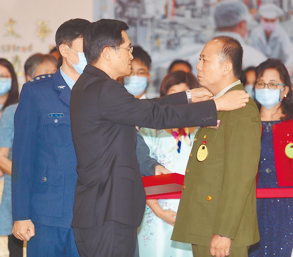 因私菸案遭記大過的蔡英文總統警衛室主任陳敏華(右)在國防部長嚴德發(中)授階晉升少將。(本報資料照片)