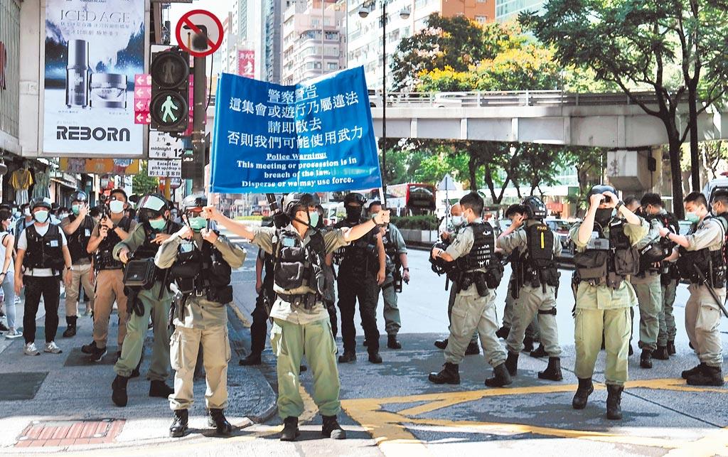 6月28日下午,有人群在香港佐敦一帶集結並步行前往旺角方向,期間有人叫口號。警方一度舉起藍旗警告,指有關集結可能觸犯未經批准集結罪行,並截查多人。(中新社)