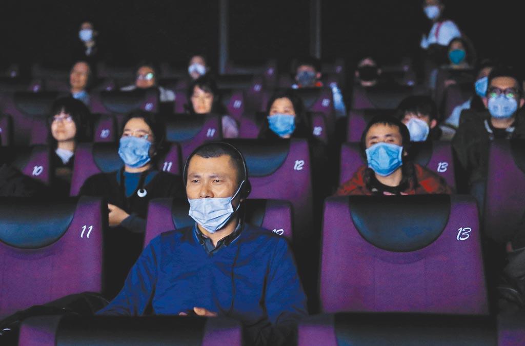 大陸觀眾在電影院內戴口罩觀影。(中新社資料照片)