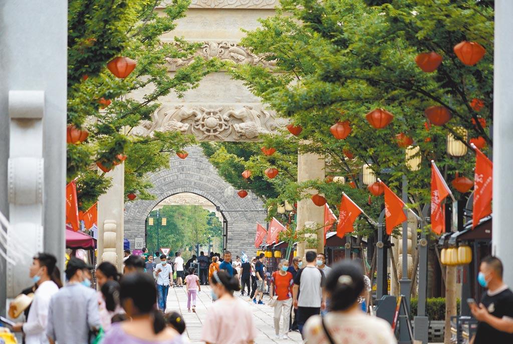 大陸端午節連假旅遊統計表端午假期,人們在山東青島市即墨古城遊玩。(新華社)