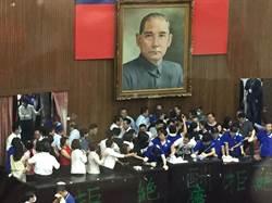 民進黨攻入議場 藍綠上演全武行