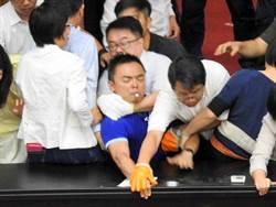 照片為證!洪孟楷遭勒脖、壓牆 淚控民進黨想殺人?