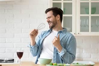 單身男1人用餐遇正妹服務員暖心合照 讓他哭了