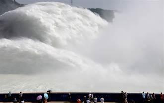 新一輪洪水逼近 長江三峽大壩、黃河小浪底南北聯手洩洪