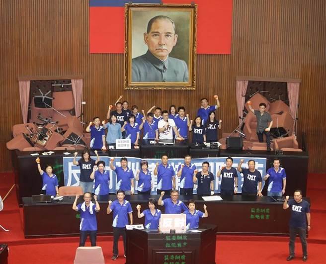 國民黨立法院黨團29日占據立法院議埸,並召開記者會強調撤換陳菊。(季志翔攝)