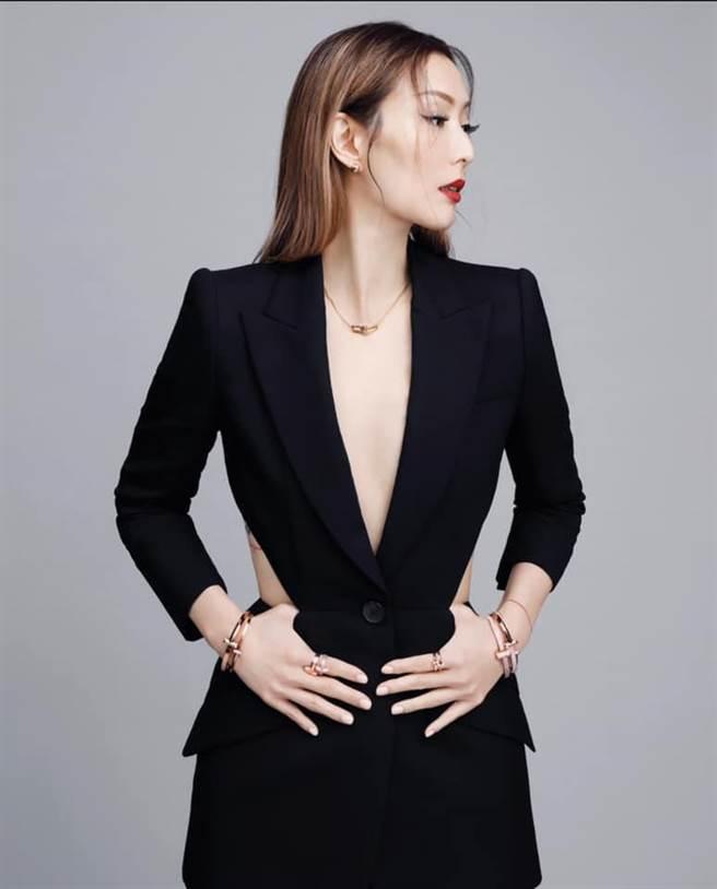 鄭秀文佩戴Tiffany T1系列珠寶,自許「我是唯一」悍衛婚姻。(擷自IG)