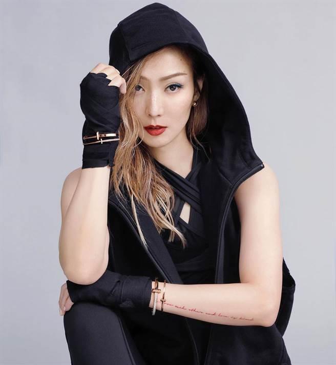 鄭秀文為Tiffany拍攝T1系列珠寶形象照,氣場超強大。(擷自IG)