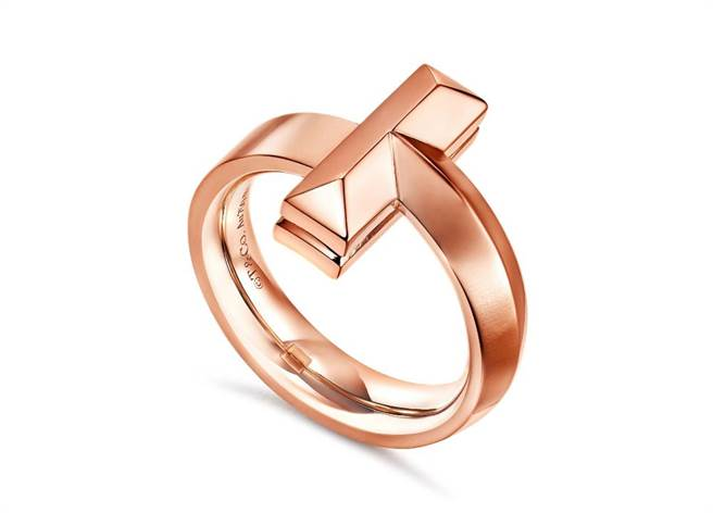 Tiffany T1玫瑰金寬版戒指,6萬7000元。(Tiffany & Co.提供)