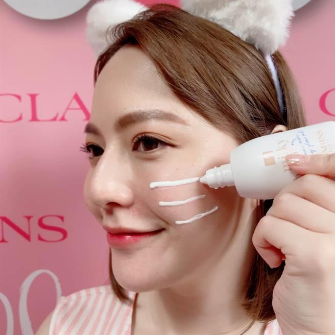 使用蜜桃美肌奶昔直接在臉頰畫上2至3根貓鬍鬚,就是半臉的用量。(圖/邱映慈攝影)