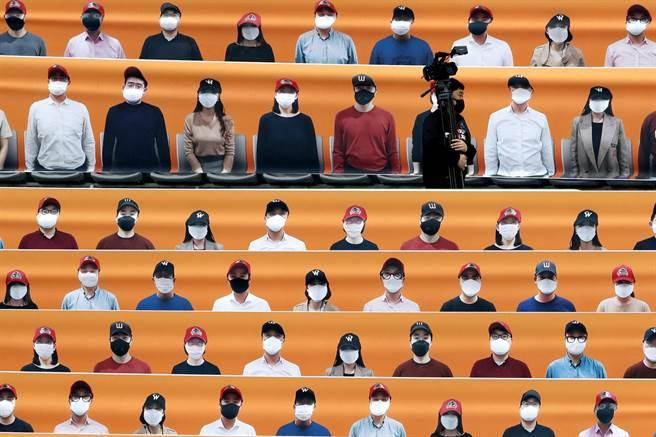 韓職採無觀眾比賽,觀眾席僅有人形看板。(美聯社資料照)