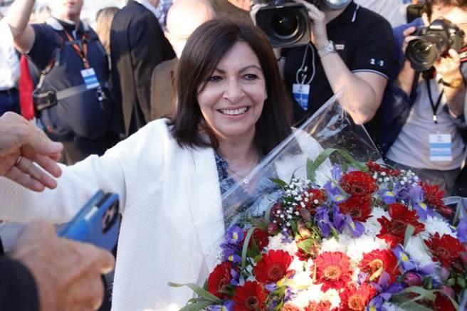 巴黎市長伊達戈,在輕鬆贏得連任後,笑逐顏開接受獻花。(美聯社)