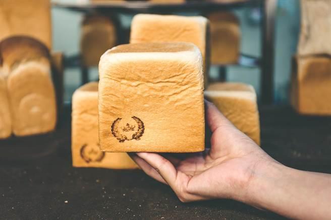 家樂福宣布7月1日起推出「家樂福自製生吐司」,指定20家量販分店開賣,每店每日限量只有10條。(圖/家樂福提供)