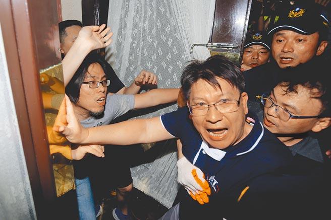 國民黨立院黨團占領議場,期間與駐衛警發生多起推擠衝突。(黃世麒攝)