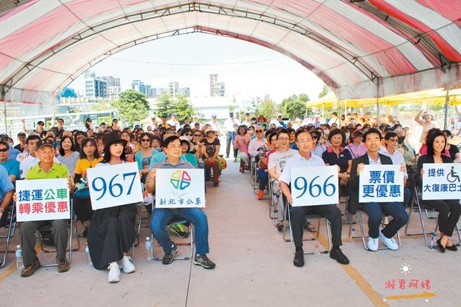 三重客運28日舉行967、966路線公車啟用典禮,有百位民眾到場祝賀。(新北市議員蔡淑君服務處提供/戴上容新北傳真)