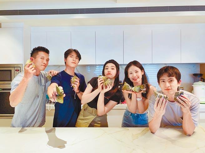 黃尚禾(左起)、唐振剛、陳妍希、袁子芸、石知田前天一起應景包粽。(祖與占影像製作提供)