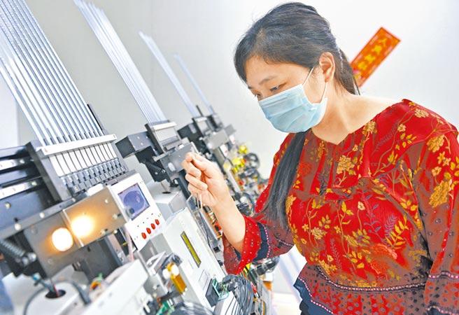 6月16日,廣東博威爾電子科技有限公司的6台燒錄機處於滿負荷工作狀態。(文波攝)