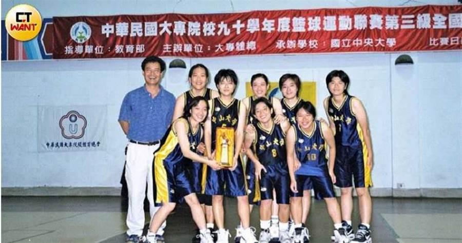 康嘉玲當年是中山大學唯一的女籃體保生,在球場上是個三分神射手,大家都看好她是一顆閃亮的籃壇之星。(圖/讀者提供)