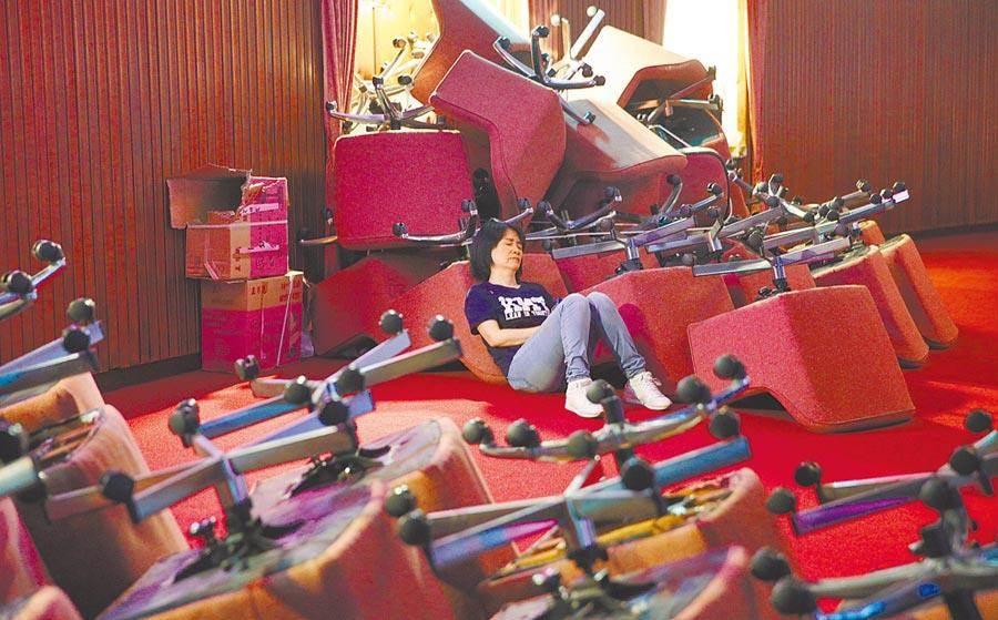 國民黨立委28日突襲占領立法院議場,並用委員座椅擋住大門,立委李貴敏地坐在一旁休息。(黃世麒攝)