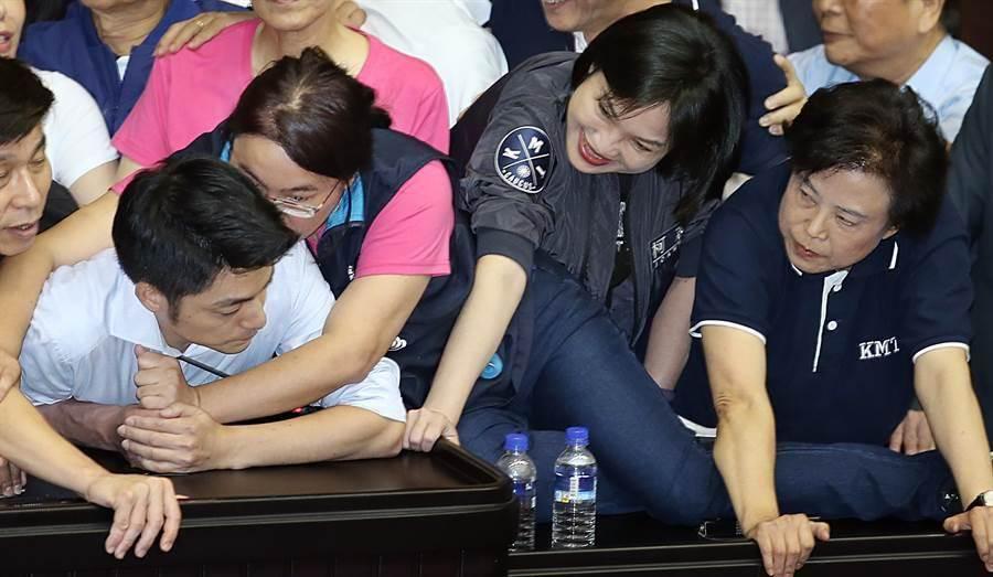 立委陳玉珍當時以身體護著蔣萬安(左)。(姚志平攝)