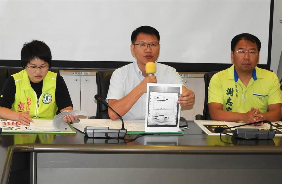 台中市議員張玉嬿、王立任、謝志忠今天偕同該畢業班學生與家長共同舉行記者會。(陳世宗攝)