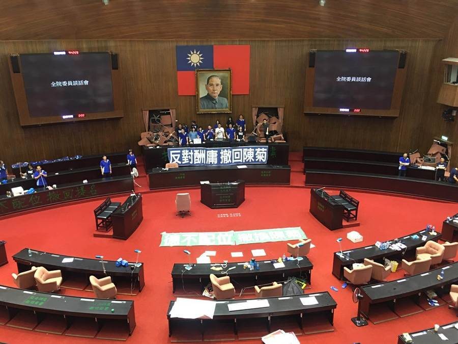 國民黨立法院黨團29日持續佔據立法院議埸,並召開記者會強調撤換陳菊。(圖/季志翔攝)