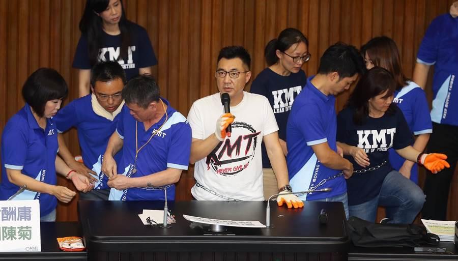 國民黨立法院黨團29日持續佔據立法院議埸,國民黨主席江啟臣與黨團幹部綁上鐵鍊以示決心。(季志翔)