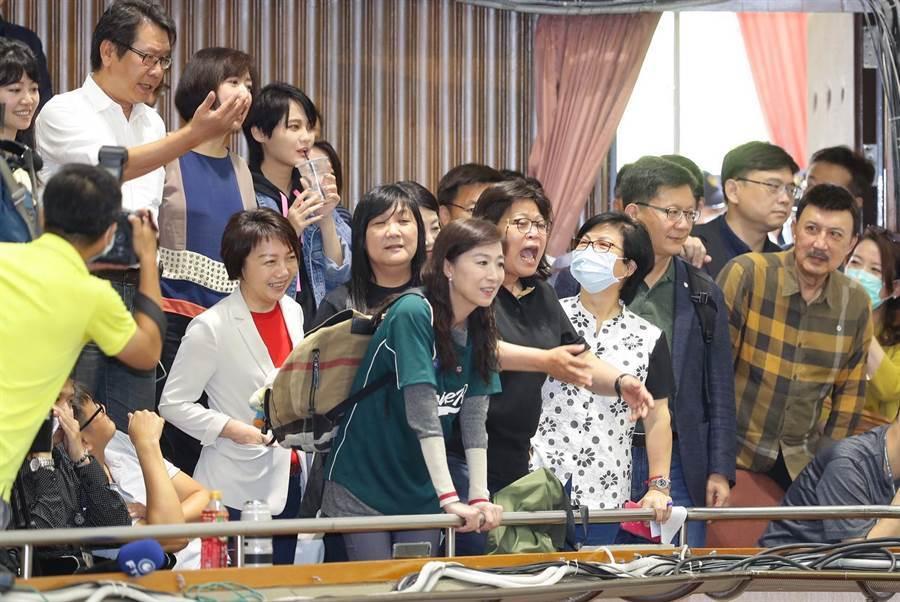 國民黨立法院黨團29日持續佔據立法院議埸,無法開會的民進黨立委到記者採訪席,雙方爆發口角。(季志翔)