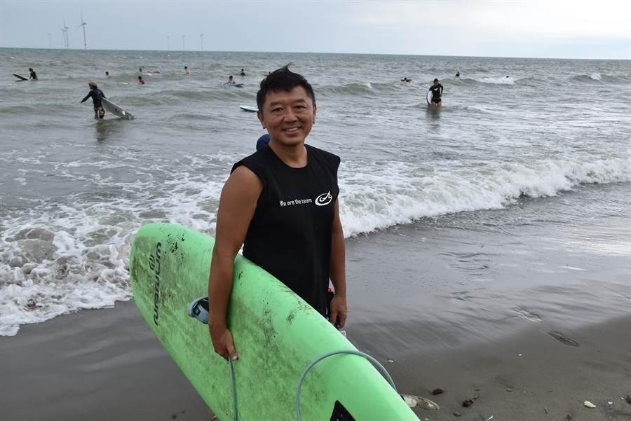 衝浪教練蔡岳達16來在竹南假日之森救過至少30條人命,被視為假日之森守護人。(謝明俊攝)