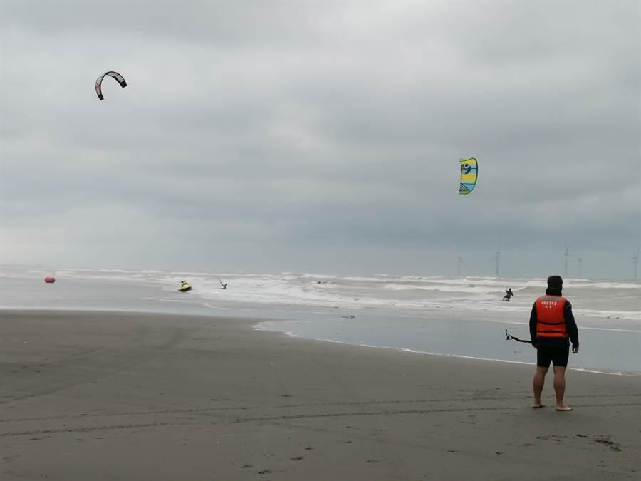 去年11月間,國際級的風箏衝浪比賽在竹南化日之森海域舉行。〔謝明俊攝〕