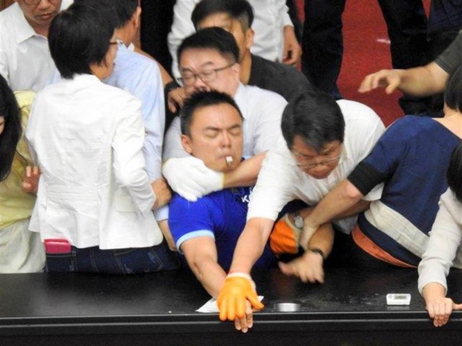 國民黨立委洪孟楷控遭勒脖、壓牆。(圖/摘自洪孟楷臉書)
