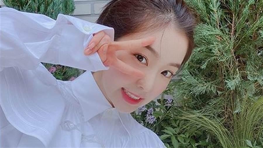 「最美整形範本」Red Velvet Irene上下皆露!高衩緊身衣背部挖空狂洩雪肌腿根(圖/IG@renebaebae)