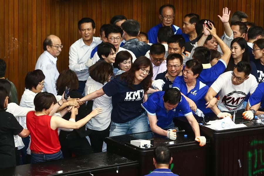 國民黨立法院黨團29日持續佔據立法院議埸,而民進黨立委則持油壓剪剪斷鐵鍊,破門攻進議場內,藍綠雙方爆發口角及推擠。(鄧博仁攝)
