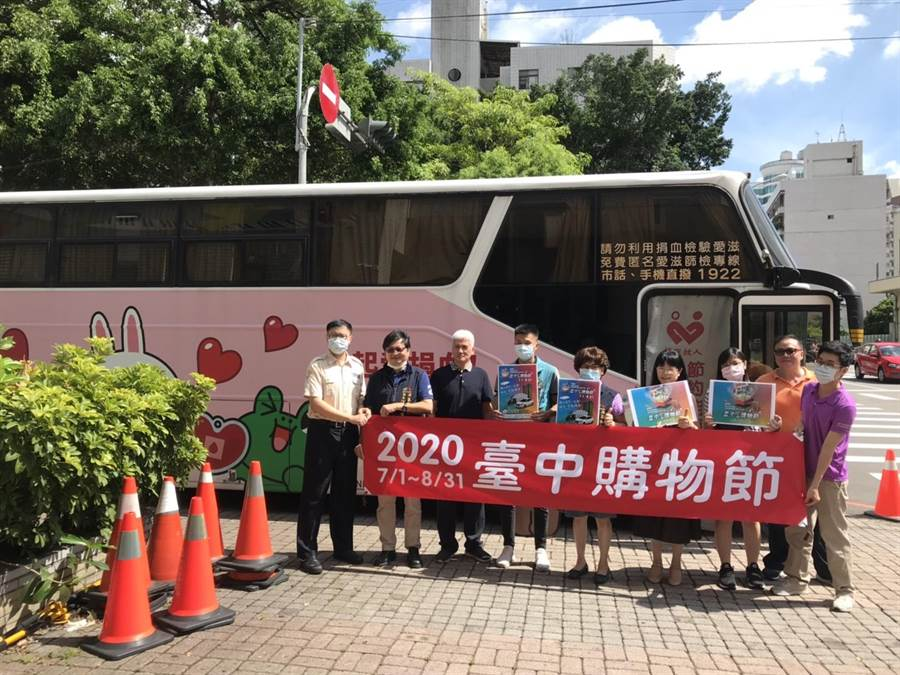 從事食品貿易的常立武(右二)29日號召同好一起在台中市二分局前辦捐血活動。(馮惠宜攝)