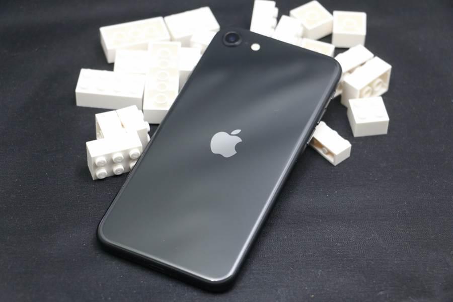 2020 年 4 月推出的新 iPhone SE。(黃慧雯攝)