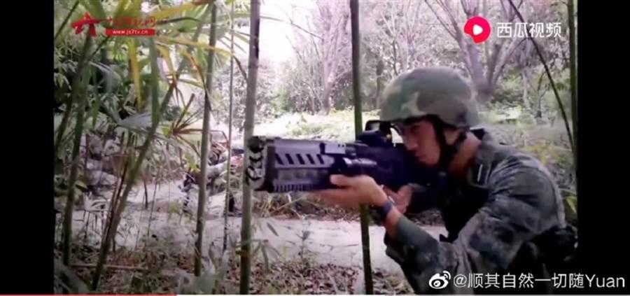 大陸展示的電磁步槍,採用電池與電容器供電,可擊穿木板與薄金屬板。(圖/twitter)