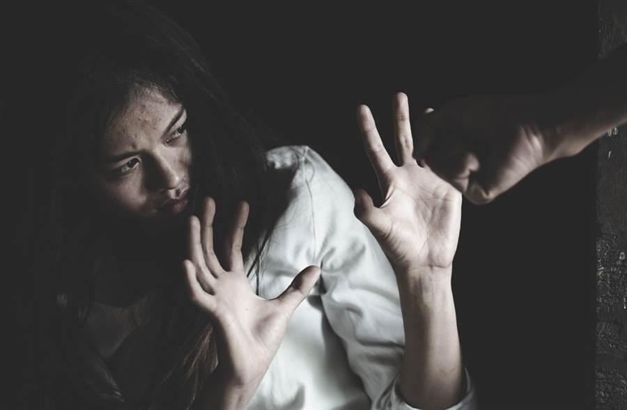 外籍媳婦出軌被抓包,丈夫願意原諒,但遭夫家親友逼「洗門風」霸凌。(達志影像/shutterstock提供)