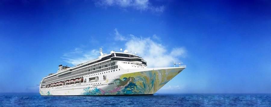 全球第1艘復航的國際郵輪「探索夢號」將帶著遊客穿梭基隆、澎湖和金門,進行3航次的跳島旅遊。(雄獅集團提供)