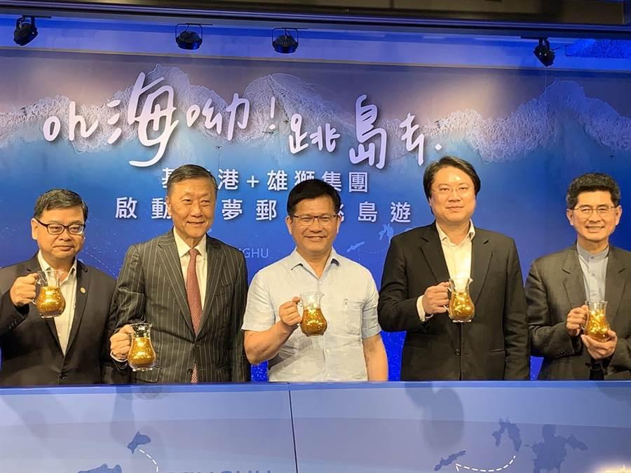 金門副縣長黃怡凱(右一)與交通部長林佳龍(中)、雄獅旅遊董事長王文杰(左二)等人一起出席跳島旅遊啟動儀式。(縣府觀光處提供)