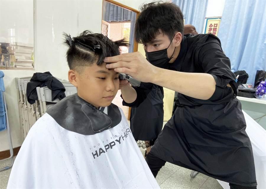 知名生技公司與髮廊合作,在畢業季前夕到來偏鄉小校為學生義剪。(林和生攝)