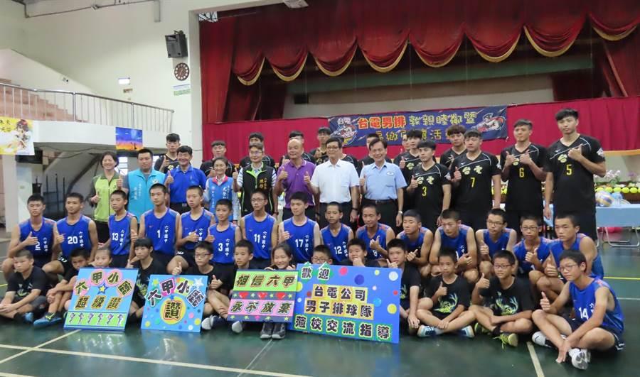 台電男子排球隊選手到台南市六甲國中進行為期5天的巡迴排球推廣營,邀請鄰近國中小排球校隊選手齊聚一堂。(莊曜聰攝)