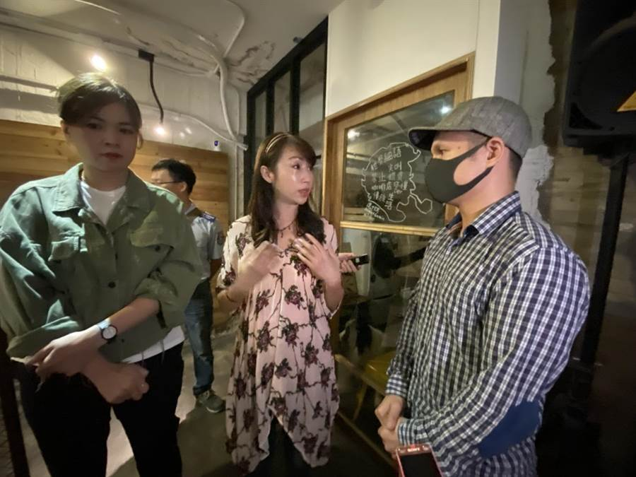 北市知名咖啡廳遭爆虐待浣熊,議員許淑華(中)、鍾沛君(左)29日到場關切。(張穎齊攝)