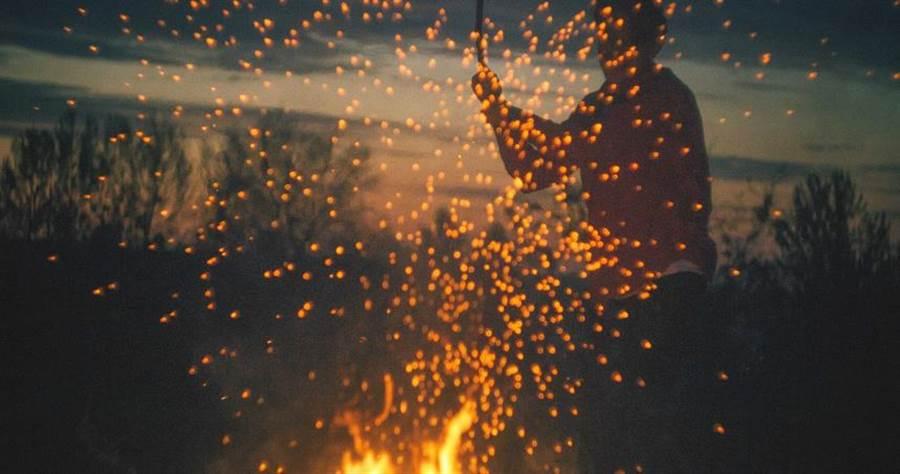 人妻越想越傷心之下,在自家陽台引火自焚。(示意圖/取自Unsplash)