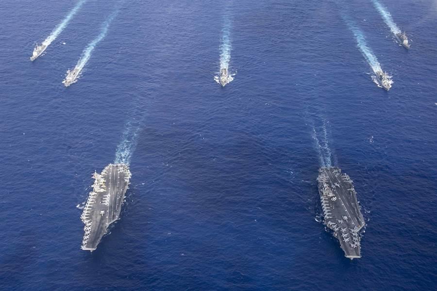 美軍近期在南海頻繁演習,大陸也罕見地與美軍在南海同場對陣,於西沙群島同時進行大規模演習。圖為上周在菲律賓海進行聯合演習的羅斯褔號與尼米茲號雙航母戰鬥群,接下來則本周起由尼米茲號與雷根號進行聯合演習。(圖/美國海軍)