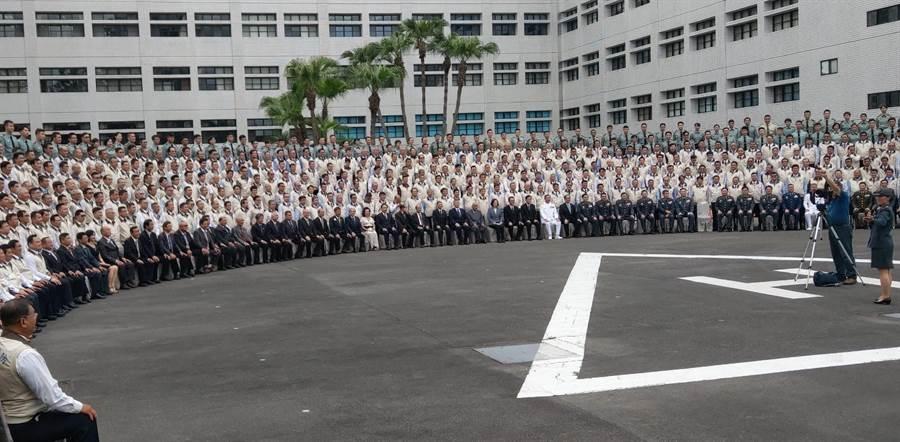 蔡英文總統下午前往後備指揮部主持「口罩國家隊」人員表揚,和與會人員大合照。呂昭隆攝