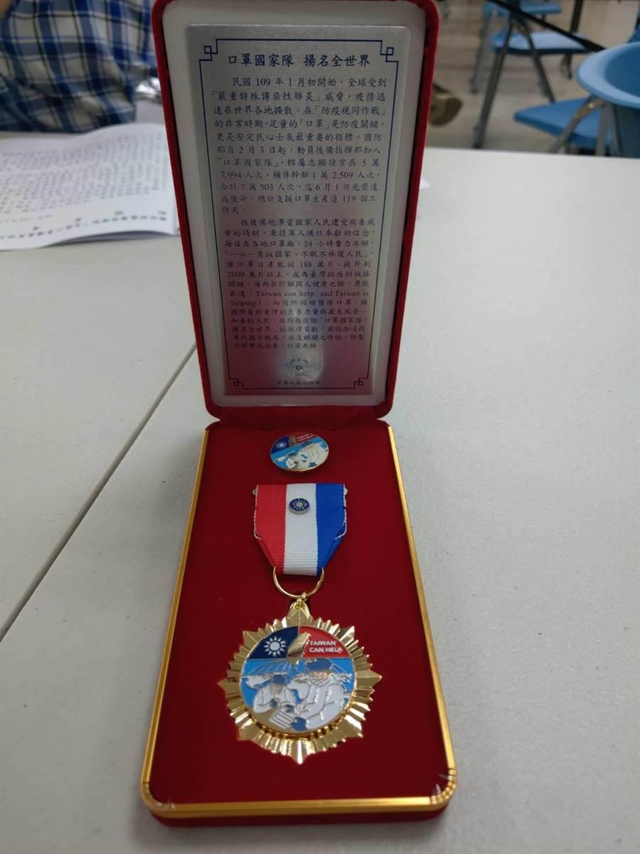 後指部訂製的「國防部防疫英雄紀念獎章」。呂昭隆攝