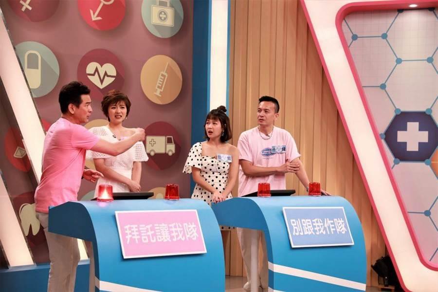 馬國賢(左起)、瑭霏、籃籃以及小鐘競賽答題。(民視提供)