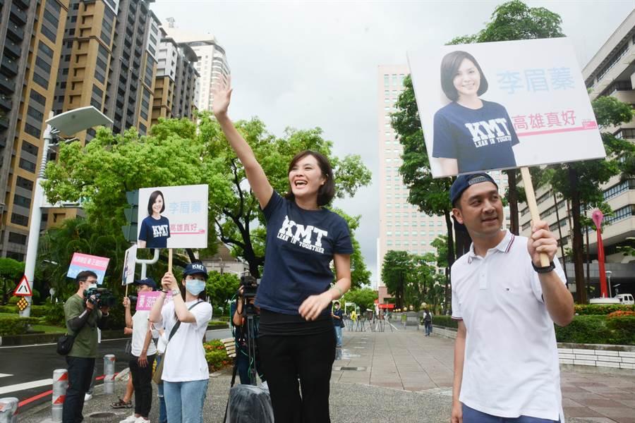 國民黨高雄市長參選人李眉蓁29日站上街頭向市民拉票,傍晚即宣布競選團隊成員名單。(林宏聰攝)