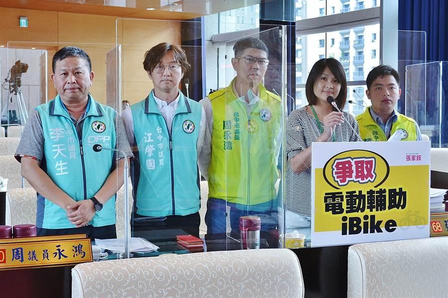 市議員張家銨(右二)等爭取「共享電動輔助自行車」,打造台中專屬iBike2.0系統。(陳世宗攝)