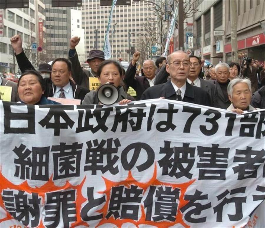 2005年3月22日,示威群眾在日本東京街頭,抗議二戰期間臭名昭彰之日本731部隊,在當時中華民國東北犯下殘害無辜人民、進行人體活體實驗與細菌戰的反人類罪行,要求日本政府道歉。(圖/美聯社)
