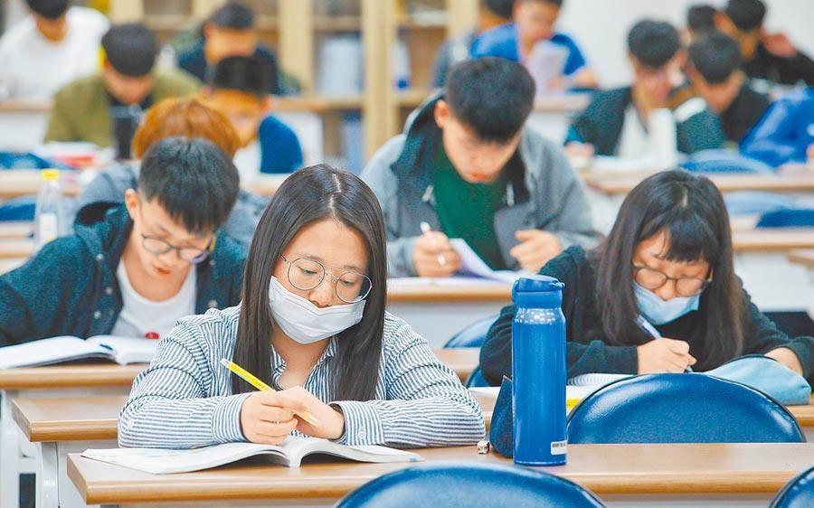 109學年度指定科目考試將於本周登場,台南考區提醒,考生除須全程戴口罩,也禁止親友進入分區陪考。(本報資料照片/劉宗龍攝)